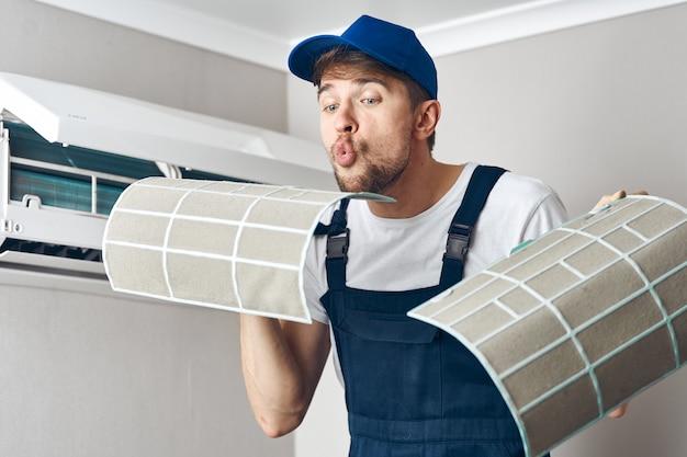 Werknemer voert reparatiewerkzaamheden en airconditioning uit