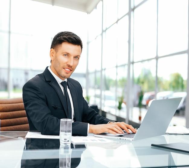 Werknemer werkt met documenten in een ruim kantoorglas