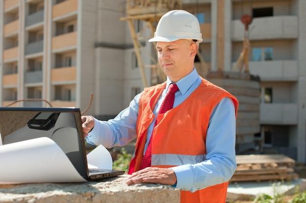 Werknemer werkt op bouwplaats