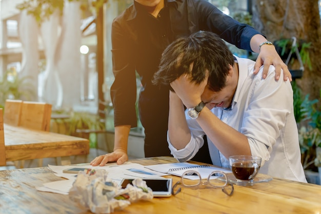 Werknemer wordt gestrest omdat het probleem van het werk.