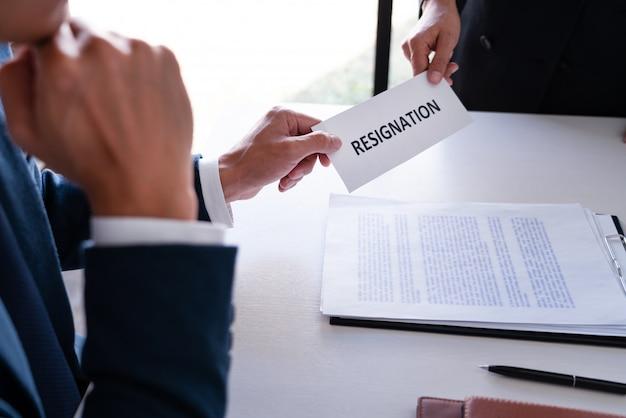 Werknemer zakenman indienen of ontslag document brief naar human resource manager of baas, verandering van baan, werkloosheid, ontslag concept.