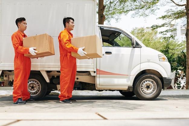 Werknemers auto lossen