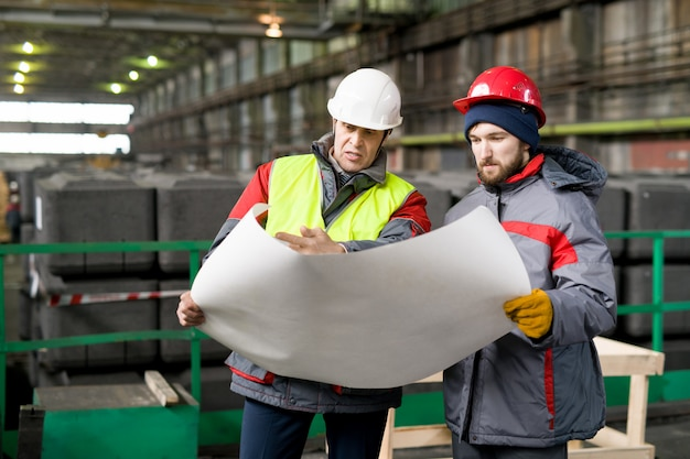 Werknemers bespreken regelingen in fabriek