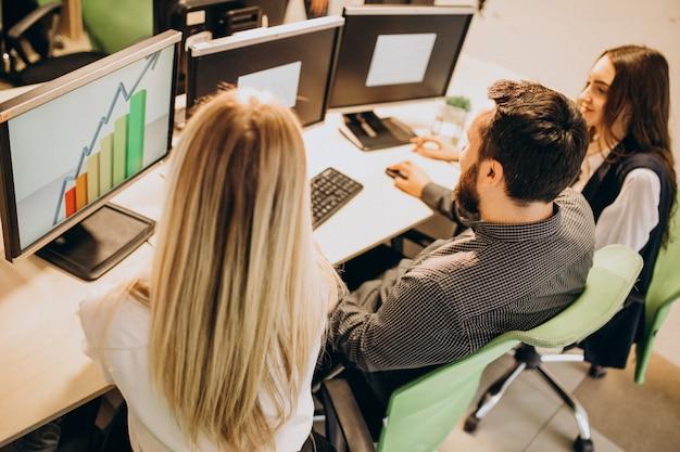 Werknemers bij een it-bedrijf dat op een computer werkt