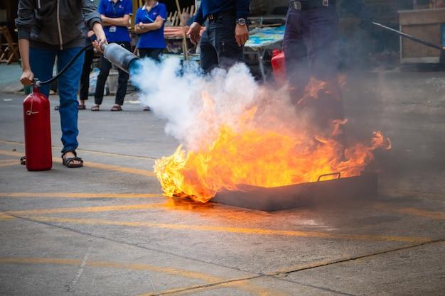 Werknemers brandbestrijdingstraining, een vuur blussen.