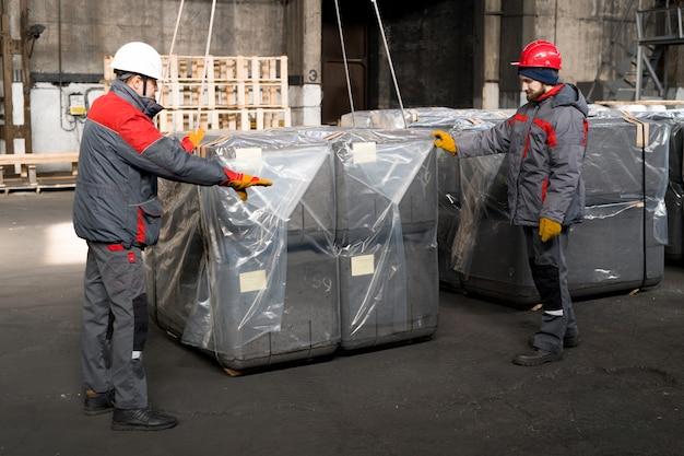 Werknemers die bouwblokken inpakken