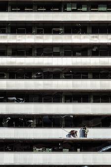 Werknemers die de buitenkant van een gebouw schoonmaken en repareren