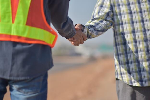 Werknemers doen handdruk