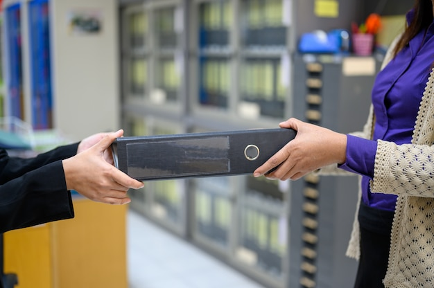 Werknemers gebruiken mobiele zwarte documenten op kantoor