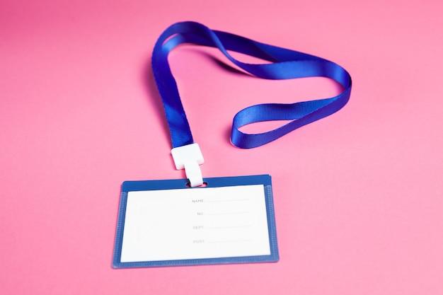 Werknemers-id-tag op roze