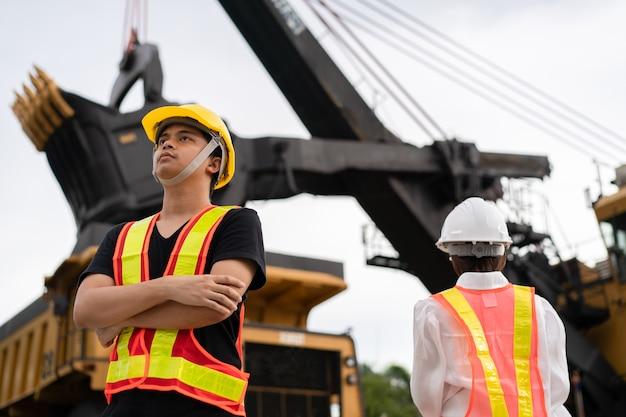 Werknemers in bruinkool of kolenwinning met de vrachtwagen die kolen vervoert.