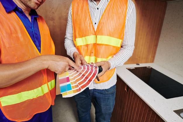Werknemers in de bouw bespreken kleurenpalet