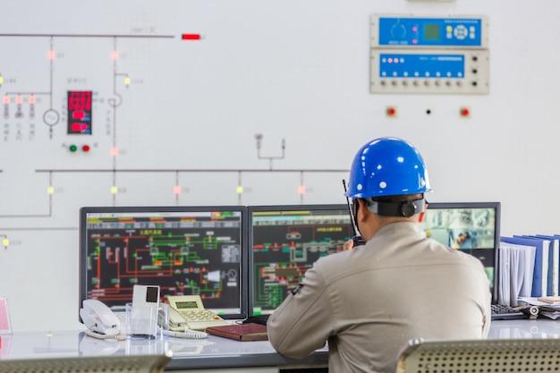 Werknemers in de controle kamer