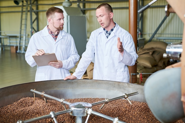 Werknemers in de moderne koffiefabriek