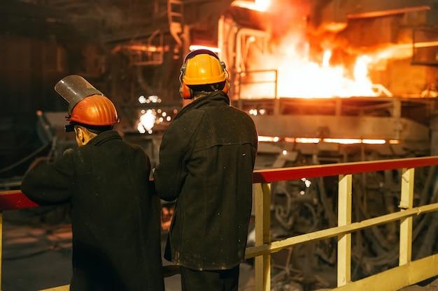 Werknemers in de staalfabriek.