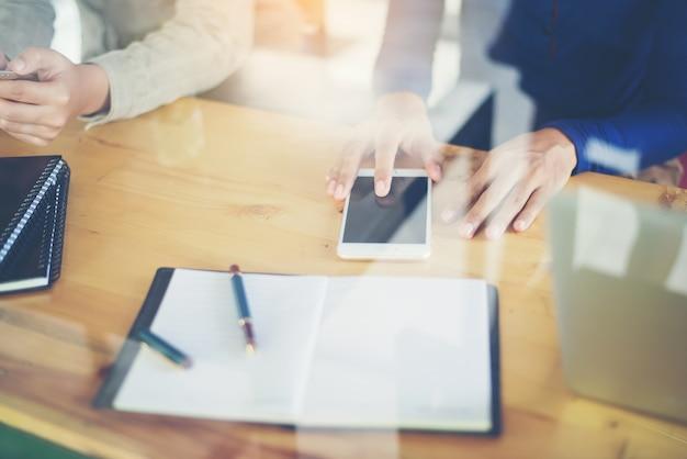 Werknemers in een bureau met mobiele telefoons