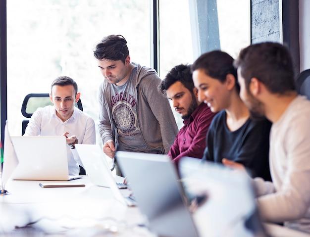 Werknemers in een vergaderruimte op kantoor