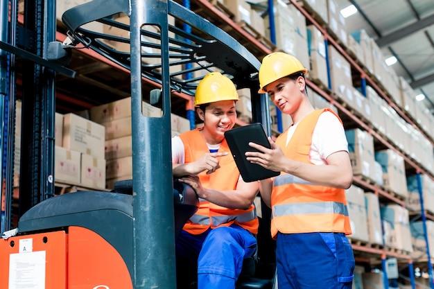 Werknemers in logistiek magazijn op heftruck controlelijst