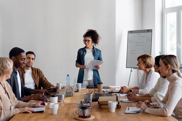 Werknemers in zakelijke bijeenkomst