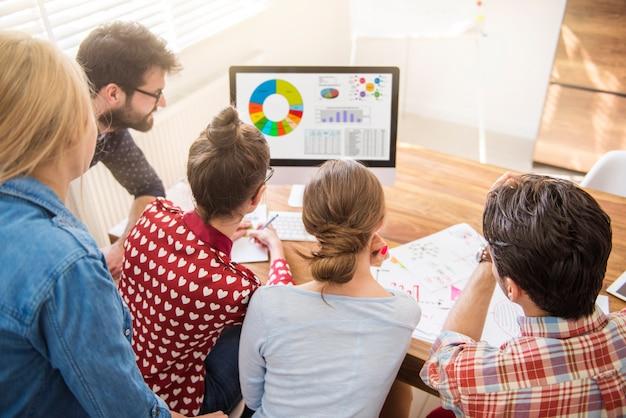 Werknemers kijken naar de maandelijkse statistieken