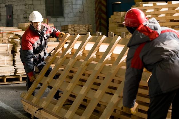 Werknemers lossen materialen