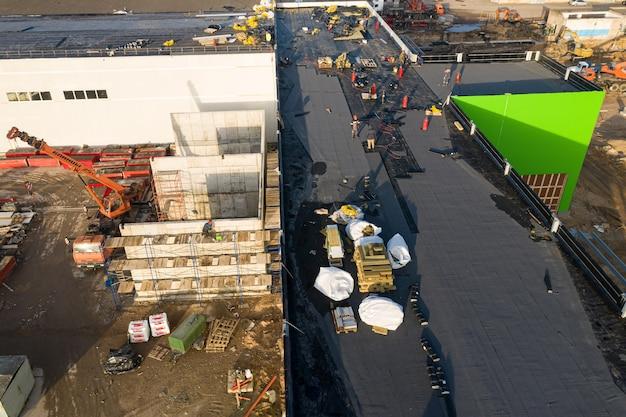 Werknemers maken dak waterdicht maken van bovenaanzicht