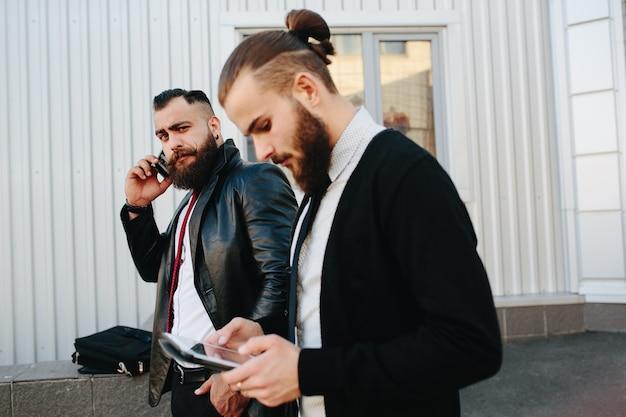 Werknemers met een tablet en mobiel