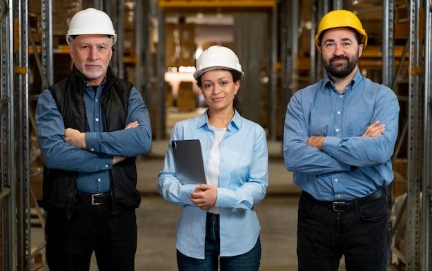 Werknemers met maskers die in magazijn werken