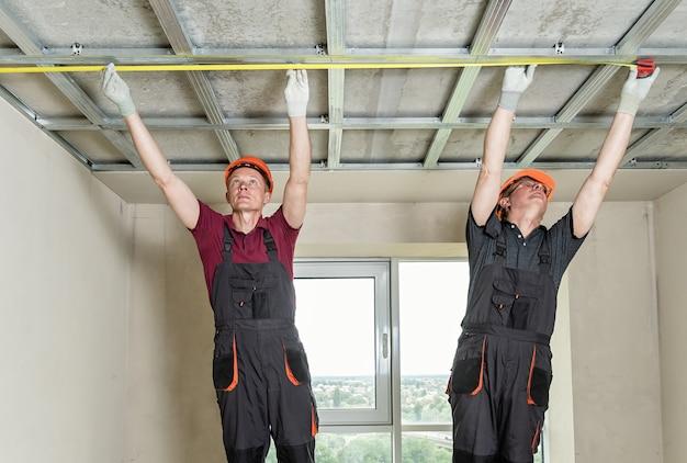 Werknemers meten het plafond