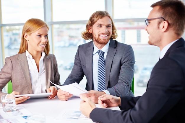 Werknemers naar hun baas tijdens de vergadering