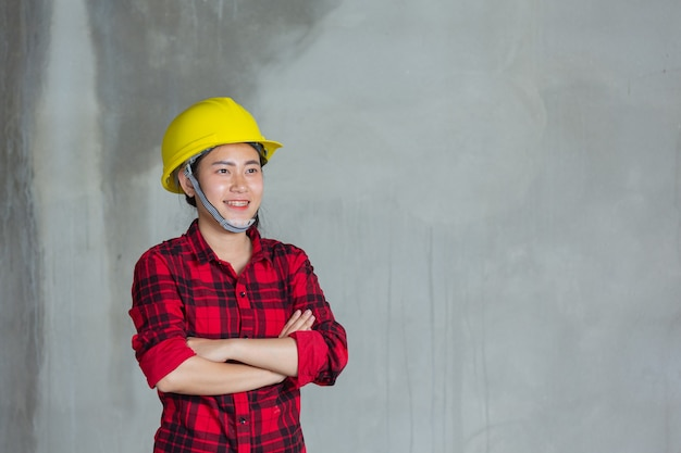Werknemers of ingenieurs die labtop op de bouwplaats houden