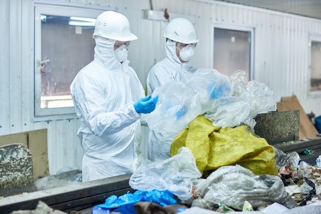 Werknemers op afvalverwerkingsfabriek