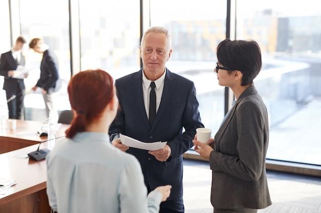 Werknemers praten met baas