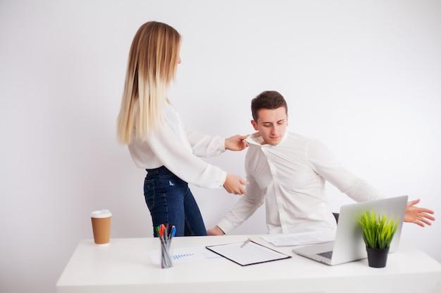 Werknemers ruzie in het bedrijfsbureau samen te werken