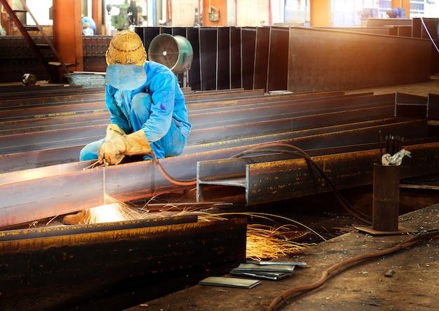 Werknemers snijden staal
