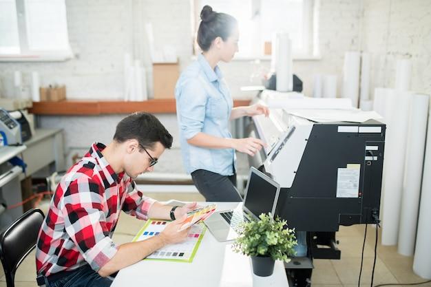 Werknemers van drukkerij in werk