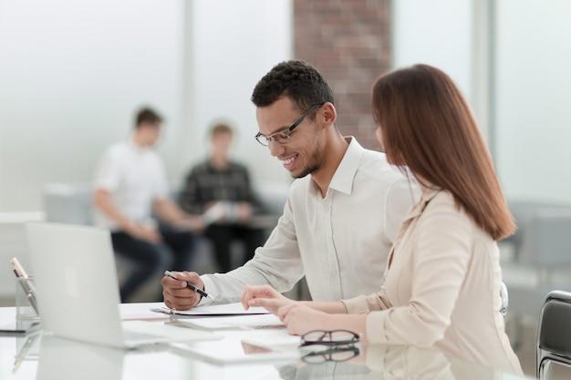 Werknemers zitten aan een tafel op kantoor. foto met kopieerruimte