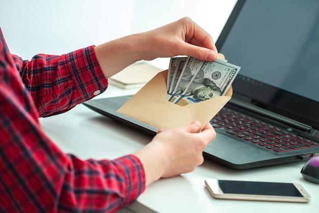 Werknemerskantoor ontving een bonus in de envelop. illegale salarisbetaling