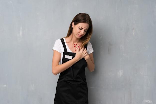 Werknemersvrouw die een pijn in het hart heeft