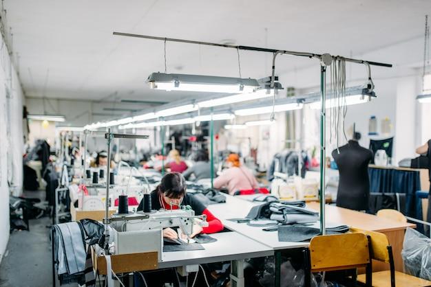 Werkplaats, kledingproductie, naaimachine
