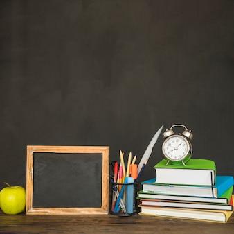 Werkplaats met schoolbordboeken en kantoorbehoeften