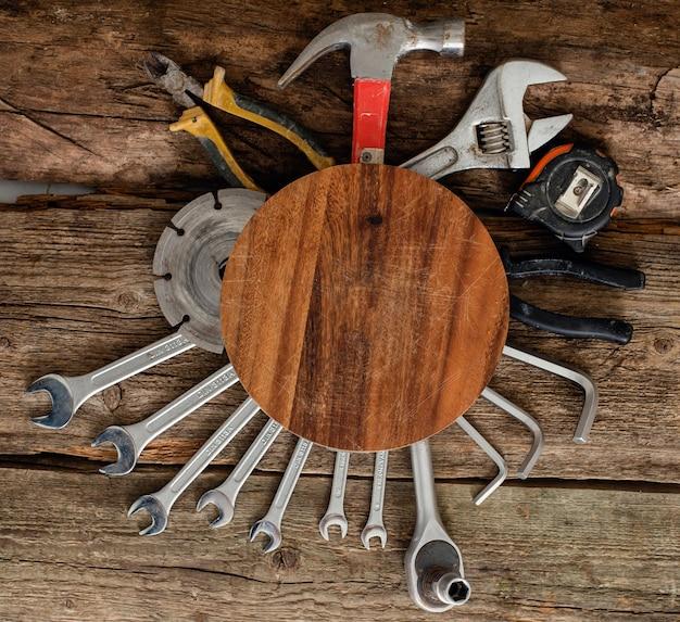 Werkplaats, reparatie. hulpmiddelen op de houten tafel