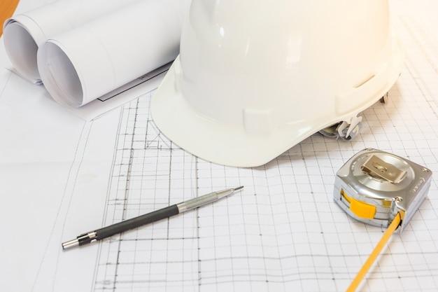 Werkplaats van architect - architecturaal project, blauwdrukken, blauwdrukrollen, pen en measu