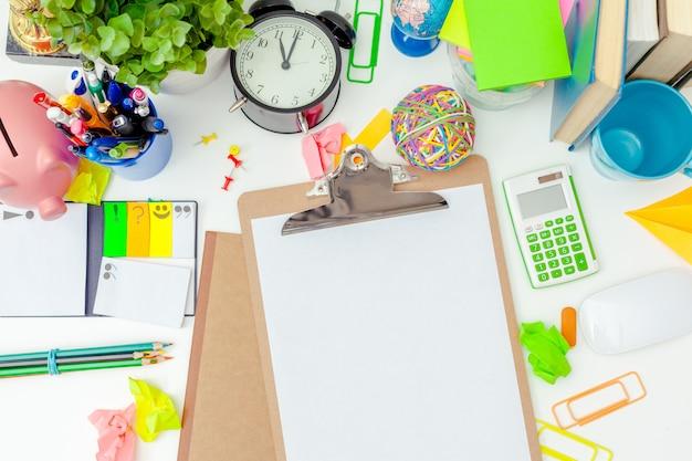 Werkplaats van een creatief persoon met een verscheidenheid aan kleurrijke briefpapierobjecten