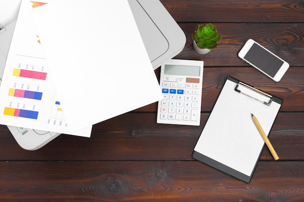Werkplaats van een ondernemer. printer en andere kantoorbenodigdheden