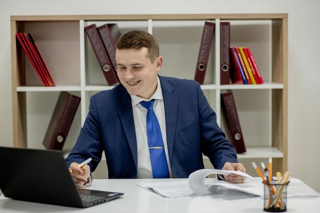 Werkplek advocaat succes kraag uitvoerend notaris makelaar advocaat mensen bedrijfsconcept