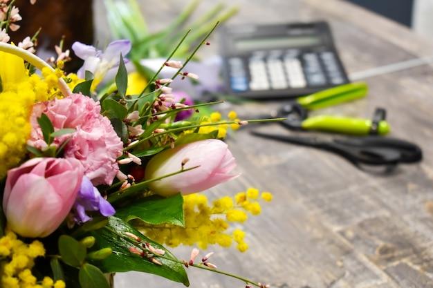 Werkplek bloemist. bloemenbedrijf online