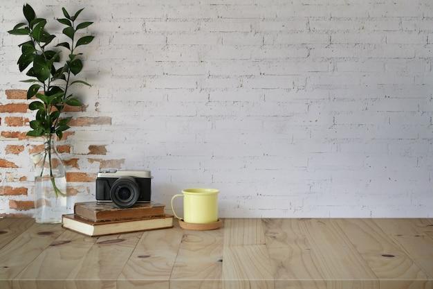 Werkplek- en kopieerruimte, houten tafel en mockup hipster benodigdheden
