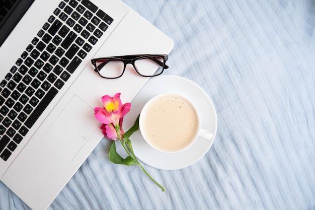 Werkplek in bed met laptop