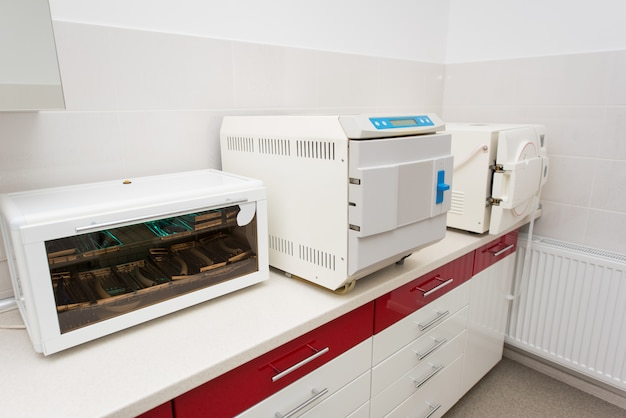 Werkplek in de tandheelkunde. tafel met ultraviolette plank, sterilisator, autoclaveren